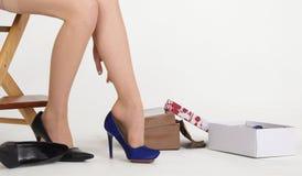 Ноги женщины обувают покупку в магазине ботинка Стоковое фото RF