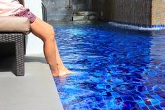 Ноги женщины ослабляя в бассейне Стоковая Фотография RF