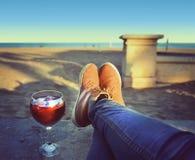 Ноги женщины ослабляя на пляже Стоковые Фотографии RF