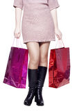Ноги женщины после ходить по магазинам Стоковое Фото