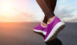 Ноги женщины подготавливают для бежать Стоковая Фотография