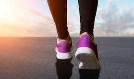 Ноги женщины подготавливают для бежать Стоковое Фото