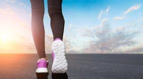 Ноги женщины подготавливают для бежать Стоковая Фотография RF