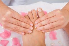 Ноги женщины получая массаж ноги стоковые фотографии rf