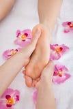 Ноги женщины получая массаж ноги Стоковое Фото