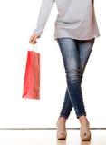 Ноги женщины при красные изолированные хозяйственные сумки Стоковое фото RF