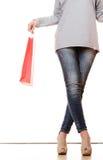 Ноги женщины при красные изолированные хозяйственные сумки Стоковые Изображения