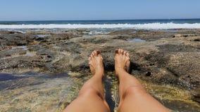 Ноги женщины против моря видеоматериал