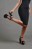 Ноги женщины, рука держа ботинок Стоковая Фотография RF