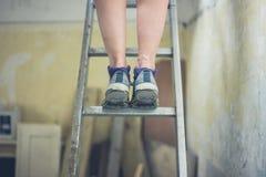 Ноги женщины стоя на лестнице Стоковое Фото