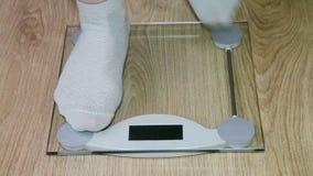 Ноги женщины стоя на масштабах сток-видео