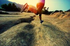 Ноги женщины фитнеса бежать на следе Стоковые Фотографии RF