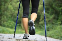 Ноги женщины фитнеса на следе Стоковое фото RF