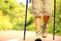 Ноги женщины фитнеса на следе Стоковые Фото