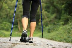 Ноги женщины фитнеса на следе Стоковые Фотографии RF