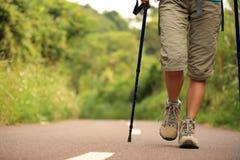 Ноги женщины фитнеса на следе Стоковое Изображение