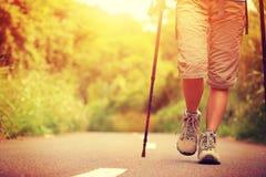 Ноги женщины фитнеса на следе Стоковое Изображение RF