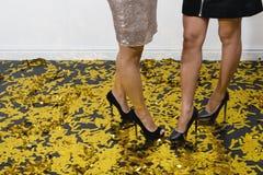 Ноги женщин в высоких пятках Стоковые Фото