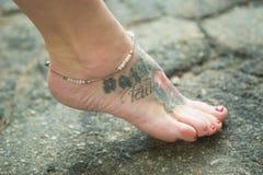 Ноги женщин в этнических орнаментах Стоковое Фото
