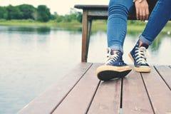 Ноги женщин сидя в природе Стоковые Изображения