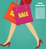 Ноги женщин с красными высокими пятками и хозяйственными сумками, делом Conce Стоковое Изображение RF