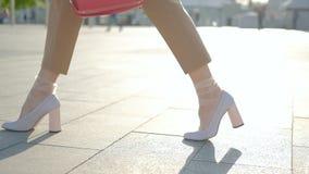 Ноги идут белизна ног женщины города отслеживая стильная сток-видео
