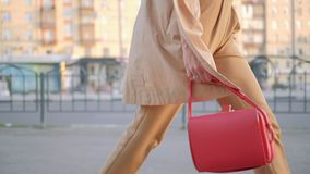 Ноги идут белизна ног женщины города отслеживая стильная акции видеоматериалы