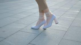 Ноги идут белизна ног женщины городской моды стильная видеоматериал