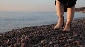 Ноги идут на камешки сток-видео