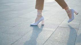 Ноги идут нейлон женских ботинок ног белых ультрамодный сток-видео