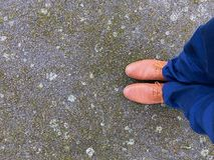 2 ноги и ботинка стоя на побитой погоде Стоковая Фотография