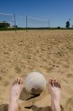 Ноги и волейбол пляжа Стоковые Фото