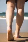 Ноги и ноги девушки идя к морю Стоковое Изображение