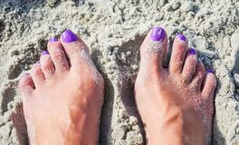 Ноги и пальцы ноги в песке на пляже стоковая фотография rf