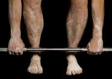Ноги и руки женщины с порошком на их держа бар вниз Стоковые Фотографии RF