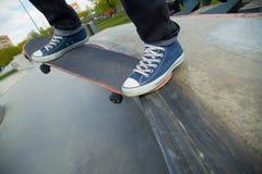 Ноги и скейтбордист доски на старте Конец-вверх Стоковое фото RF