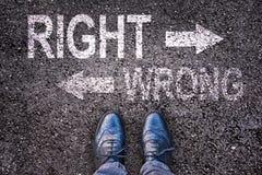 Ноги и слова выпрямляют и неправильно покрасили на дороге Стоковая Фотография RF