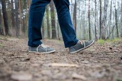 Ноги идущей женщины в лесе стоковая фотография rf