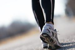 Ноги идущей женщины outdoors на улице Стоковые Фото