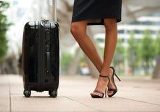 Ноги и чемодан бизнес-леди стоковые изображения