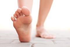 Ноги идя снаружи Стоковое Изображение RF