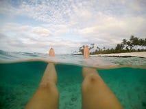 Ноги и ноги POV - разделенной точки зрения женский плавать в cl стоковое изображение rf