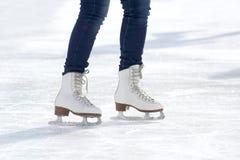Ноги катаясь на коньках девушки катаясь на коньках на катке Стоковое Изображение RF