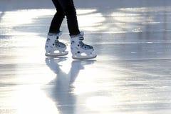 Ноги катаясь на коньках девушки катаясь на коньках на катке Стоковые Изображения