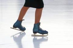 Ноги катаясь на коньках девушки катаясь на коньках на катке Стоковое фото RF