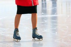 Ноги катаясь на коньках девушки катаясь на коньках на катке Стоковые Фотографии RF
