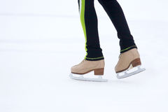 Ноги катаясь на коньках человека катаясь на коньках на катке Стоковые Фото