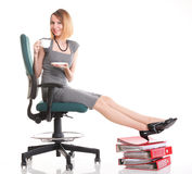 Ноги коммерсантки прекращения работы женщины ослабляя поднимают множество doc Стоковые Изображения