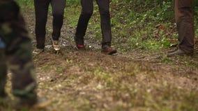 Ноги конкурентов бежать через грязь на курсе штурма сток-видео