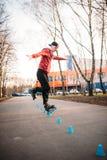 Ноги конькобежца ролика в коньках на дорожке асфальта Стоковые Изображения RF